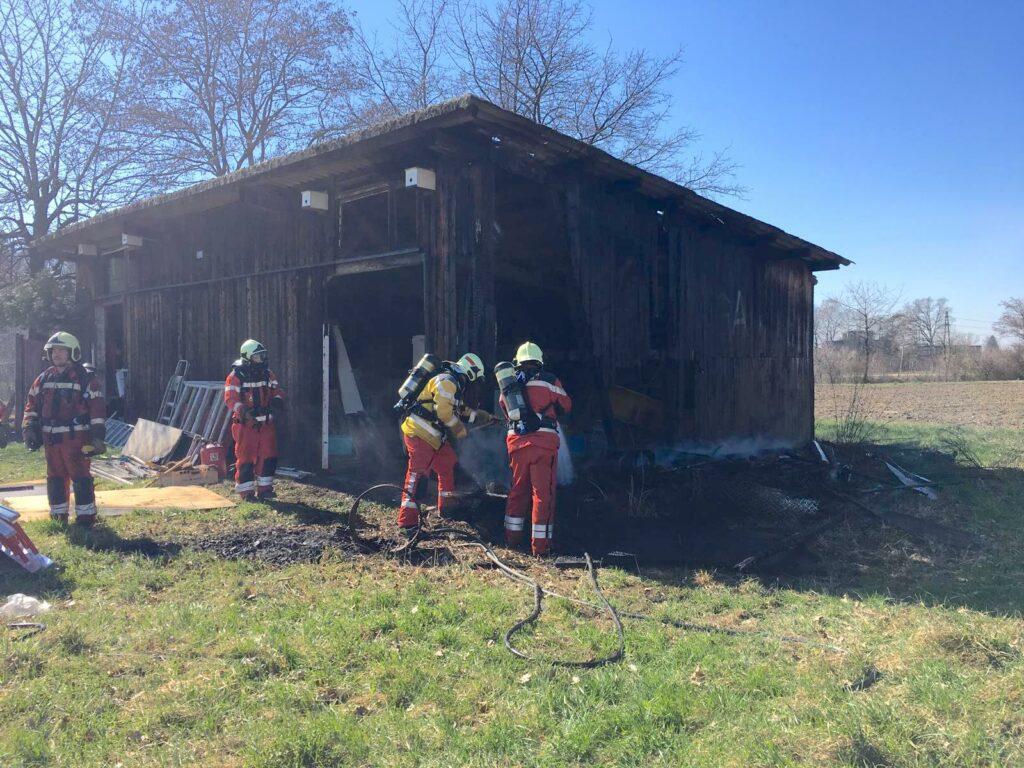 Feuerwehr bei Löscharbeiten mit Schnellangriff